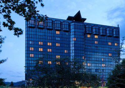 Mercure Hotel Koblenz Aussenansicht in der Dämmerung