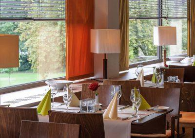 Mercure Hotel Koblenz Restaurant Tischreihe Fenster